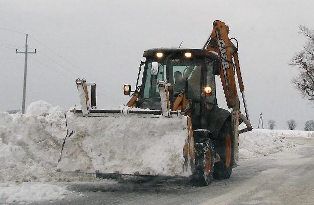 Po każdych intensywnych opadach śniegu pługi na naszy drogach pracowały dzień i noc