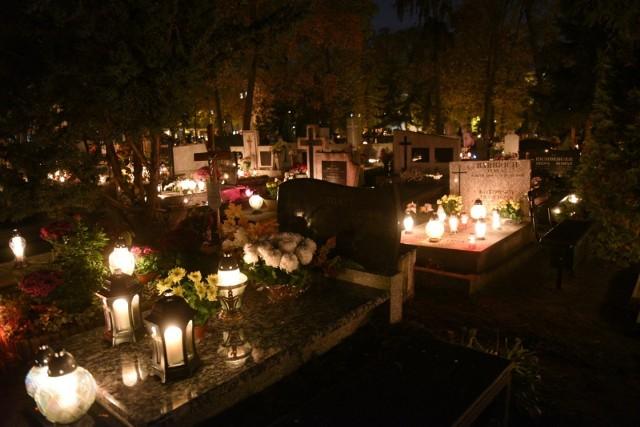 1 listopada - cmentarz św. Jerzego przy ul. Gałczyńskiego po zmroku