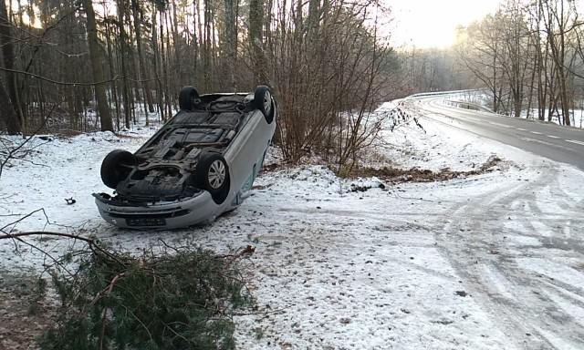Dziś rano (3 grudnia) niedaleko miejscowości Barcino doszło do kolejnego wypadku. Tym razem samochód osobowy marki Honda nie dostosował prędkości do panujących warunków na drodze, zjechał na pobocze i dachował.
