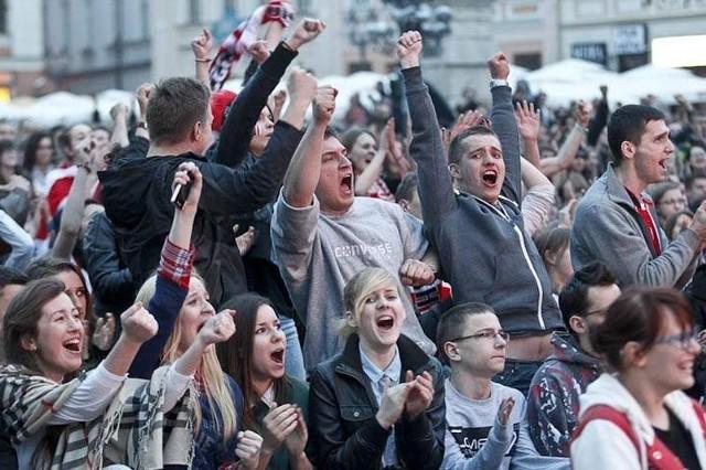 Radość kibiców Asseco Resovii na RynkuKilka tysięcy kibiców Asseco Resovii wypełniło rzeszowski Rynek.