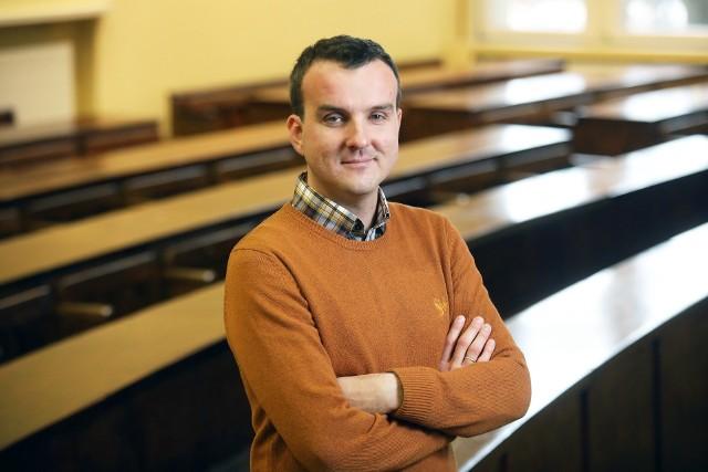 """Prof. Michał Wróblewski: - Duża część naszego społeczeństwa jest """"antysalonowa"""". Krytycznie podchodzi do osób przedstawianych w mediach jako elity intelektualne, polityczne czy kulturalne."""