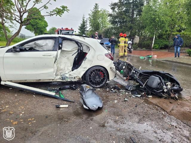 Wypadek we Frydrychowicach. Motocykl Patryka wgniótł lewy bok mercedesa