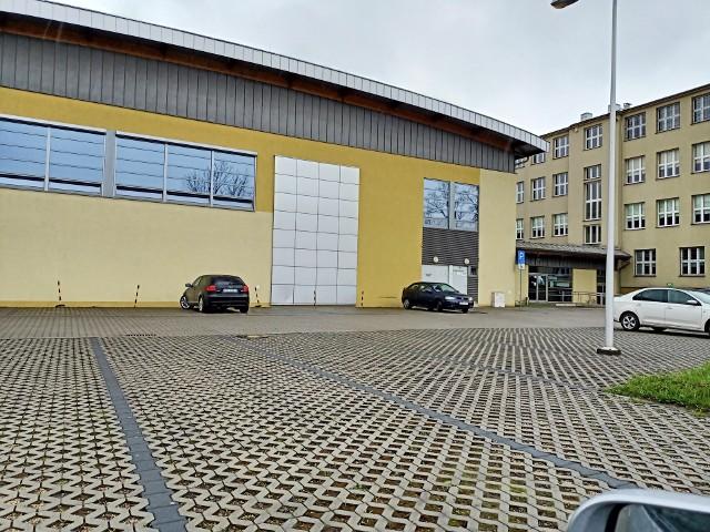 Przy sali gimastycznej w Skawinie jest duży parking