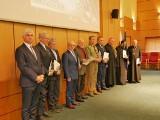 Medale 100-lecia Odzyskania Niepodległości od premiera Mateusza Morawieckiego. Wojewoda Bohdan Paszkowski wręczył je 50. osobom [ZDJĘCIA]