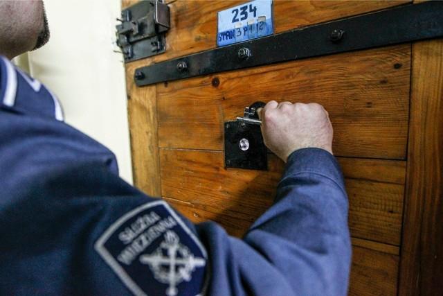 Lista przedmiotów, których nie wolno wysyłać w paczkach adresowanych do osadzonych jest długa. Aresztowani i więźniowie mają jednak swoje sposoby, by zakazy ominąć. Nie zawsze skuteczne. Funkcjonariusze z aresztu w Świdnicy w tubce kremu wysłanego do jednego z zatrzymanych znaleźli telefon komórkowy, zegarek i kartę SIM. Ale to jeszcze nic! Zobacz na kolejnych slajdach, co najczęściej próbuje się przemycać za kraty!Posługuj się klawiszami strzałek, myszką lub gestami.