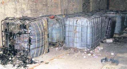 Nie wiadomo, jaka substancja znajduje się w tysiąclitrowych zbiornikach, które stoją przy ul. Kamiennej w Policach. Wiadomo, że niezwykle cuchnie.