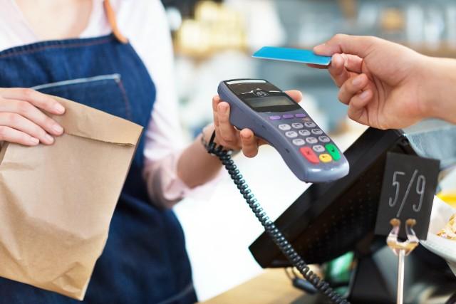 Płatności zbliżeniowe stanowią w Polsce ponad 94 proc. spośród wszystkich transakcji bezgotówkowych kartami w sklepach stacjonarnych.