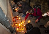 Kraków. Manifestacja przed siedzibą PiS: zapalili znicze, by uczcić pamięć zmarłych imigrantów [ZDJĘCIA]