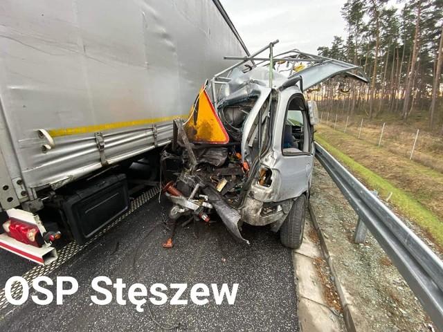 Wypadek na drodze ekspresowej S5 wydarzył się w poniedziałek. Strażacy odebrali zgłoszenie o godz. 12.47. Samochód ciężarowy zderzył się z pojazdem służby drogowej w miejscowości Zamysłowo, między Stęszewem a węzłem Mosina.- Samochód ciężarowy uderzył w tył pojazdu służby drogowej, który prowadził prace konserwacyjne. W następstwie zderzenia pojazd służby drogowej potrącił pracującego przed nim mężczyznę - relacjonowali okoliczności wypadku interweniujący strażacy z OSP Stęszew.Przejdź do kolejnego zdjęcia --->