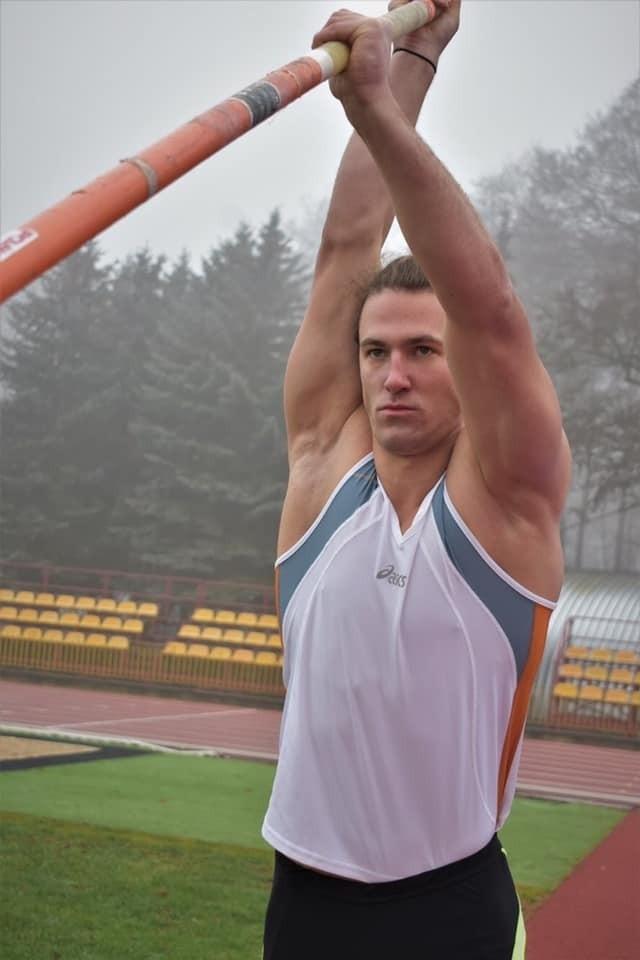 Filip Cybulski to niezwykle ambitny człowiek, który nie przejmuje się tym, że chce wrócić do wielkiego skakania w wieku 25 lat. Na sukcesy nigdy nie jest przecież za późno.