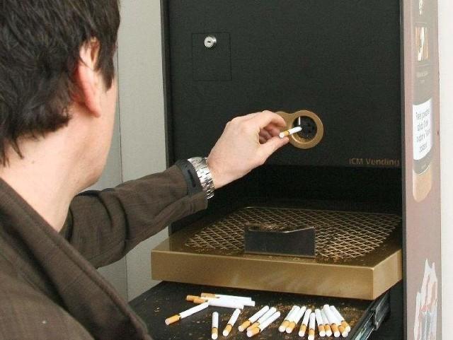 W sklepie w Kielcach przy automacie klienci sami produkują papierosy z cygarKupujący samodzielnie rozdziera cygaro, wrzuca tytoń do maszyny, gdzie jest nabijany w gilzy. Po chwili wyciąga z automatu gotowe papierosy.