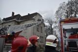 Pożar pałacu w Wojnowicach. Zawalił się fragment dachu [ZDJĘCIA]