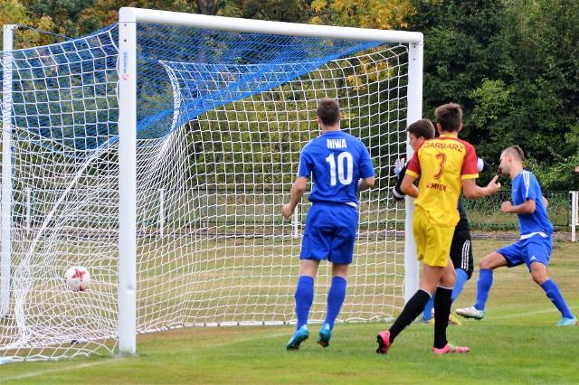 Adam Mateja (z prawej, w niebieskiej koszulce) strzela drugą bramkę dla Niwy w zwycięskim dla niej meczu nad Garbarzem Zembrzyce 5:0.