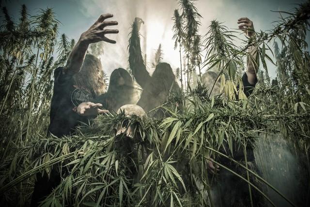 """Gwiazdą wieczoru będzie kielecka grupa Belzebong, która za sprawą takich stoner i doom metalowych petard jak """"Bong Thrower"""", """"Acid Funeral"""" czy """"Witch Rider"""" od dawna cieszy się uznaniem słuchaczy na całym świecie."""