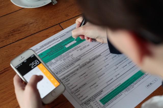 Zbliża się termin rozliczenia podatku dochodowego za 2020 rok. Składając swoje zeznanie podatkowe, warto pamiętać, że przysługują nam różne ulgi. Dzięki nim zwrot z podatku może być jeszcze większy. Największym zainteresowaniem cieszy się ulga na dziecko, która spośród wszystkich ulg podatkowych wypada najkorzystniej finansowo. Jak działa ta ulga podatkowa? Komu przysługuje? Ile wynosi kwota odliczenia?Czytaj dalej. Przesuwaj zdjęcia w prawo - naciśnij strzałkę lub przycisk NASTĘPNE