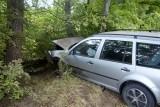 Wypadek koło Kępic. 19-latka jechała za szybko i uderzyła w drzewo