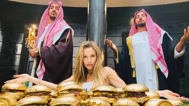 """""""Dziewczyny z Dubaju""""Skoro o gorących klimatach mowa... to na pewno """"Dziewczyny z Dubaju"""" je zapewnią. Premiera przeniesiona ze stycznia br. na jesień tego roku. Już na etapie kręcenia filmu, produkcją wstrząsały małe skandaliki. To opowieść o młodych kobietach, polskich celebrytkach, które świadczyły usługi seksualne na Bliskim Wschodzie. Kilka lat temu tą historią żyła cała Polska. A w 2018 r. Piotr Krysiak napisał o tych dziewczynach reportaż """"Dziewczyny z Dubaju"""", na podstawie którego powstał scenariusz filmu. Producentem tego obrazu jest Doda i jej mąż Emil Stępień. Reżyserowanie powierzono Marii Sadowskiej.Reżyserka w jednym z wywiadów mówiła niedawno tak: """"Będzie to niesamowity film. Zabiorę was w taką podróż, gdzie polecicie wysoko i umrzecie ze śmiechu i dostaniecie nieźle w serce. Będzie trochę skandalizujący, bo to jest wpisane w ten temat i w to, że jest to kino producenckie.""""Na ekranie zobaczymy m.in.: Paulinę Gałązkę, Katarzynę Figurę, Jana Englerta, Beatę Ścibak-Englert, Katarzynę Sawczuk, Olgę Kalicką, Annę Karczmarczyk i Józka Pawłowskiego."""