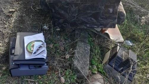 Policjanci zlikwidowali kolejne dzikie wysypisko na terenie powiatu. Sprawca został ukarany mandatem i musiał uprzątnąć śmieci.