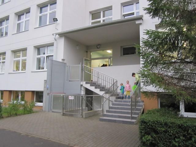 W Przedszkolu nr 54 na Karwinach, przed wejściem do którego jeszcze 1 września tłoczyli się rodzice, dzięki wdrożeniu środków zaradczych udało się rozładować kolejki.