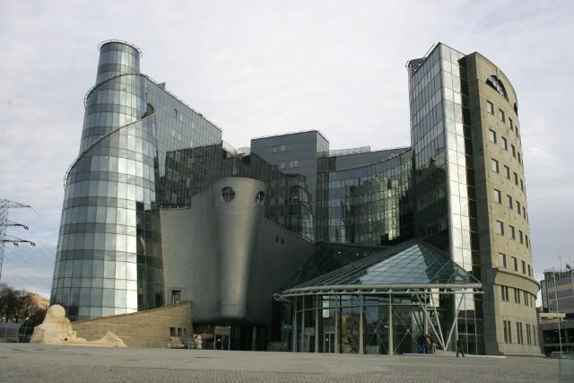 Zestawienie otwiera nazywany potocznie Wieżą Babel nietypowy budynek ze stolicy. Oddany do użytku w 2009 roku obiekt mieści w sobie warszawską siedzibę TVP, a jego pełna utrudnień budowa trwała aż sześć lat. Autorem projektu jest architekt Czesław Bielecki, a kształt budowli ma nawiązywać do rolki taśmy filmowej.