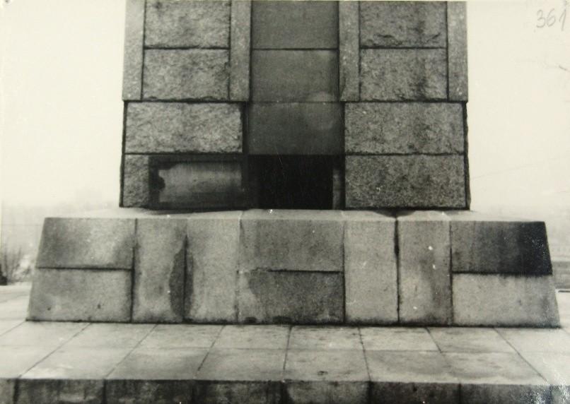 Drzwiczki do wnętrza obelisku, w którym zainstalowana była...