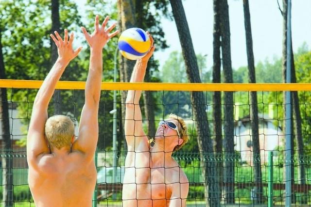 Gra na plaży dla Stephane'a Antigi (przodem) oraz innych siatkarzy Delecty była urozmaiceniem w trakcie żmudnych zajęć w hali i w siłowni