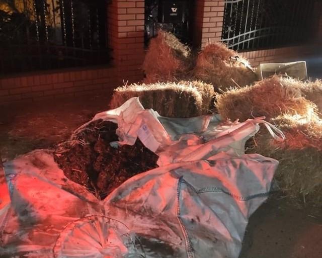 Gnój i słoma zrzucone przed domem Marka Suskiego.