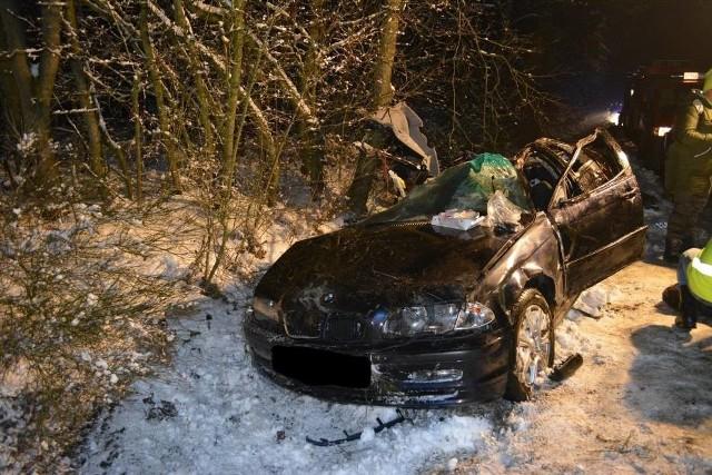 Dwie osoby zginęły w wypadku, do którego doszło we wtorek w nocy pod Kępnem. Na drodze między Drożkami a Nową Wsią Książęcą auto marki BMW wypadło z drogi i uderzyło w drzewo.Czytaj dalej -------->