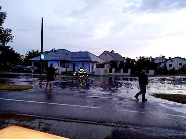 Przez Ostrowiec Świętokrzyski przeszła potężna ulewa. Na zdjęciu ulica Iłżecka - jedna z wielu zalanych w mieście ulic po poniedziałkowej burzy