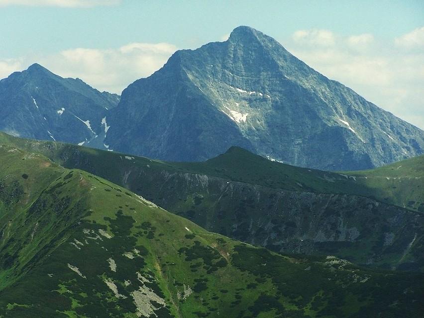 Naszą słowacką wyprawę zaczynamy od szczytu Krywań - narodowej góry Słowacji. Dla naszych południowych sąsiadów Krywań to symbol odrodzenia narodowego. Wizerunek Krywania znajdował się nawet w herbie Socjalistycznej Republiki Słowacji, a obecnie widnieje na słowackich eurocentach. Krywań liczy 2494 m n.p.m. To szczyt w południowo-zachodniej części Tatr Wysokich. Dla turystyki udostępniono południowy i południowo-zachodni grzebień, prowadząc przez nie znakowane szlaki turystyczne. Szlak oznaczony kolorem zielonym poprowadzony jest z Trzech Źródeł (Tri studničky) zalesionym i porośniętym kosodrzewiną grzbietem południowo-zachodniego ramienia Krywania aż do Gronika. Dalej szlak odchodzi w dół w kierunku Krywańskiego Żlebu, za którym łączy się z oznaczonym kolorem niebieskim szlakiem podchodzącym na Krywań poniżej południowego ramienia szczytu. Dwie połączone trasy prowadzą na szczyt przez zbocze Małego Krywania i Krywańską Przełączkę. Szczyt dostępny jest latem.