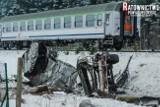 Wypadek na przejeździe kolejowym w Koszarówce. Zderzenie pociągu z cysterną. To cud, że nikt nie zginął [ZDJĘCIA]