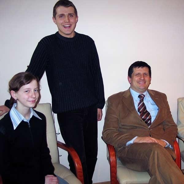 Specjalnie dla olimpijczyków dyr. Robert Rybka, oprócz kółka biologicznego, raz w tygodniu przeprowadza dodatkowe zajęcia. Od lewej Agnieszka Grzyb, Paweł Stapiński i dyr. Robert Rybka.