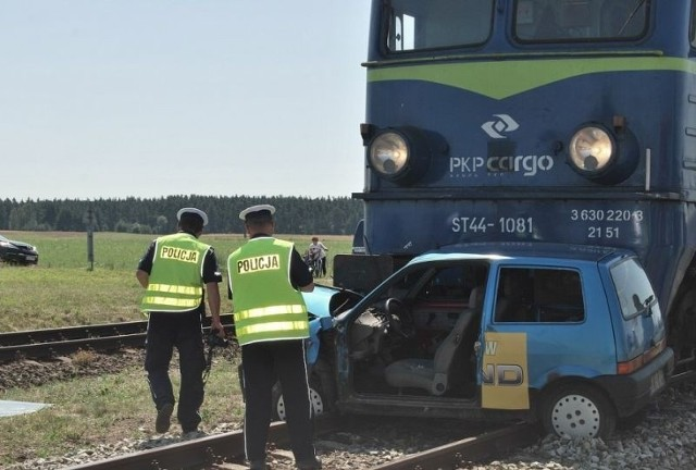 Lokomotywa jadąc z prędkością około 35 kilometrów na godzinę uderzyła w stojący na przejeździe samochód. Służby ratunkowe były w pogotowiu. Błyskawicznie podjęły interwencję.