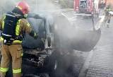 Pożar auta w Wodzisławiu. Samochód smart zapalił się z samego rana w centrum miasta