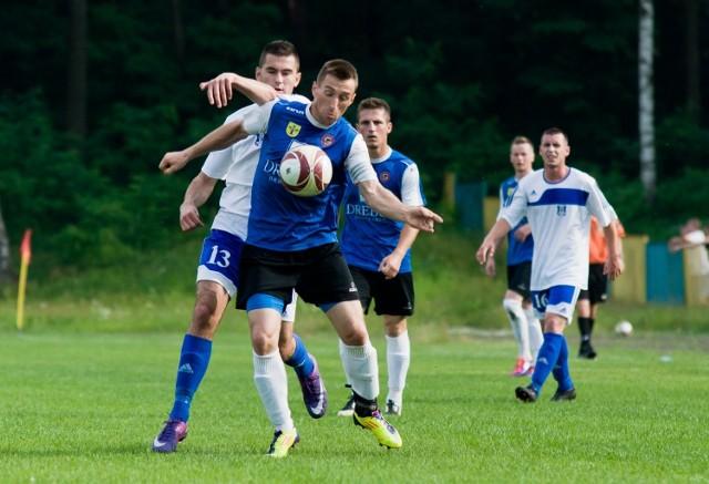 Piłkarze Stali Nowa Dęba (niebiesko-czarne stroje) żegnają się z czwartą ligą.