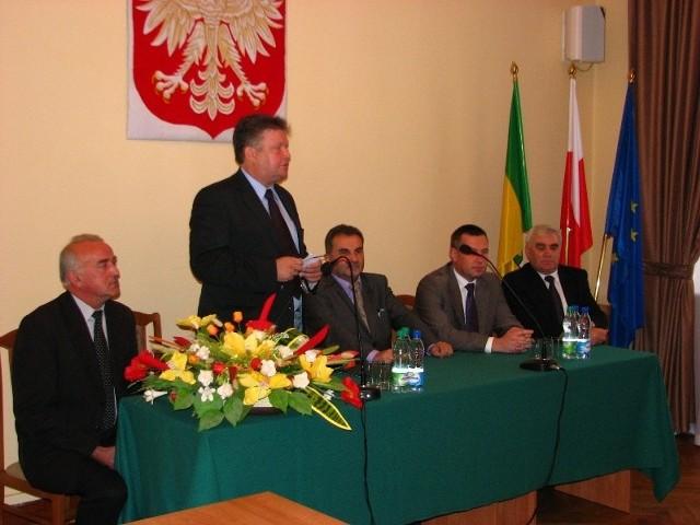 W czwartek, 8 października w Starostwie Powiatowym w Ostrowi Mazowieckiej uroczyście podpisano umowę z wykonawcą zadania, firmą UNIBEP S.A. z Bielska Podlaskiego.