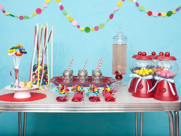 Dekorowanie pokoju na zabawę dzieciOzdoby najlepiej robić we współpracy z dzieckiem.