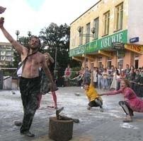 """Spektakle prezentowane w ramach Teatr-Akcji wywołują wiele emocji wśród widowni. W jednej z poprzednich edycji artyści inscenizowali """"zabijanie"""" ryby. Wzbudziło to nawet protesty mieszkańców."""