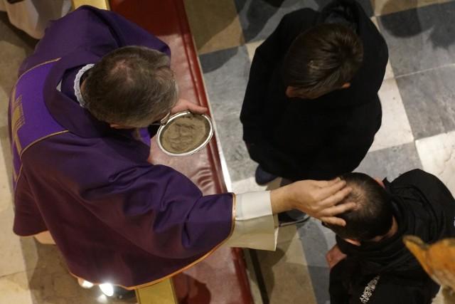 Tradycyjnie, w tym dniu podczas mszy jest zwyczaj posypywania głów popiołem na znak żałoby i pokuty.