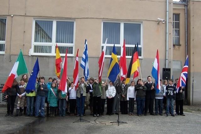 Podczas apelu na placu przed szkołą odbyła się prezentacja państw unijnych. Potem poczty sztandarowe dumnie przedefilowały przed dyrekcją placówki.