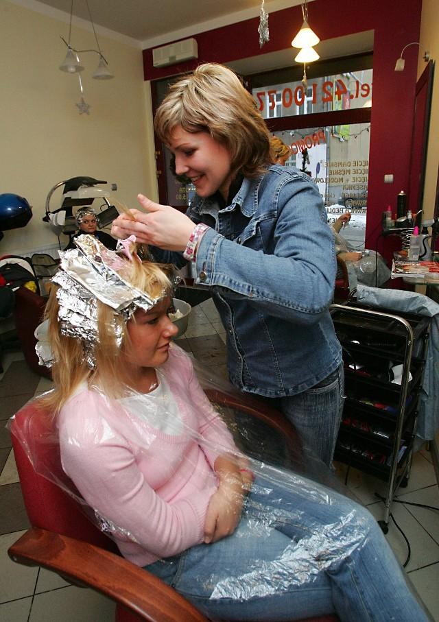 W salonach fryzjerskich ruch od rana do wieczora. Każda z klientek chce wyglądać w ostatnią noc roku szałowo.