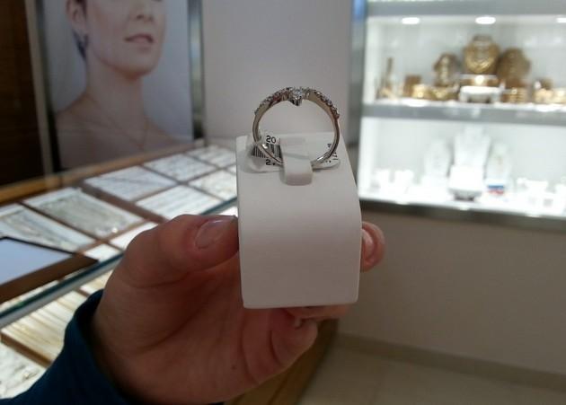Pretekstem do otwarcia gabloty był ten pierścionek za 84 zł.