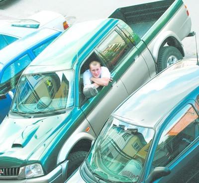 - Zaparkowanie w mieście często graniczy z cudem, szczególnie dla posiadaczy większych samochodów - narzeka Piotr Łepkowski z Łomży. - Kiedy to się wreszcie zmieni?!