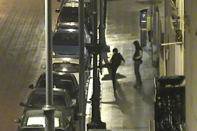 W środku nocy (ze środy na czwartek) dwóch mężczyzn zdewastowało aż cztery samochody zaparkowane w centrum Łodzi. Wandale ukradli także oświetlenie neonowe (tzw. koguta) jednej z stojących przy krawężniku taksówki.