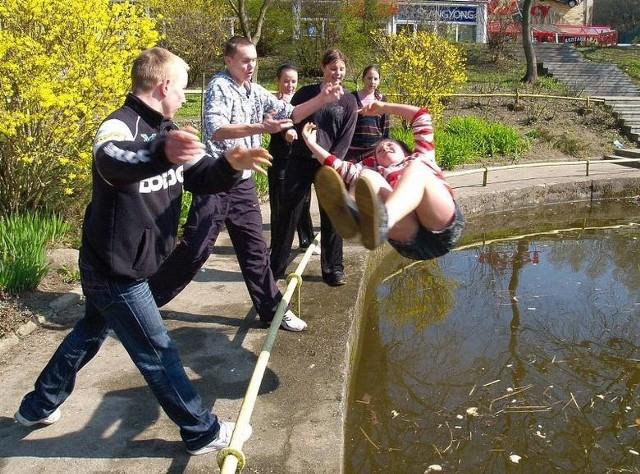 Zobaczcie na zdjęciach, jak w Koszalinie i w Kołobrzegu dzieci i młodzież lała się wodą w śmigus-dyngus w 2009 roku!