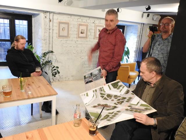 Janusz Żabiuk pokazywał prace nagrodzone w konkursie na koncepcję zagospodarowania placu (miasto ufundowało nagrody).