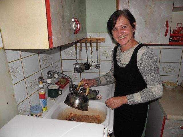 Nie spodziewała się, że taką radość przyniesie możliwość napełnienie czajnika wodąGabriela Urbańska nie spodziewała się nigdy, że taką radość przyniesie jej możliwość napełnienie czajnika wodą z kranu.