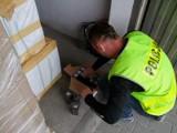 Policja w Poznaniu przejęła ładunek podróbek perfum i odzieży