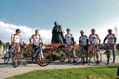 Przed pomnikiem Jana Pawła II w Ludźmierzu przed wyjazdem do Lewoczy Fot. Jan Ciepliński