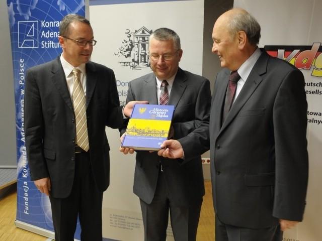 Nową książkę prezentują jej redaktorzy: (od lewej) Joachim Bahlcke, Ryszard Kaczmarek i Dan Gawrecki.